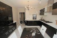 Удачная аренда квартир в Феодосии у моря - Кухня выполнена в черно-белых оттенках