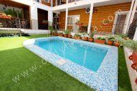 Отдых в Феодосии, пансионаты с бассейном - Красивая травка вокруг бассейна