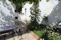 Крым, Феодосия. Гостевой дом с просторной спальней - Небольшой дворик