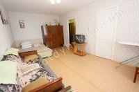 Аренда квартир в Феодосии - просторная комната с телевизором