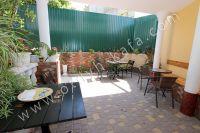 Гостиница на Черноморской набережной Феодосии  - Столы и стулья для обеда на воздухе