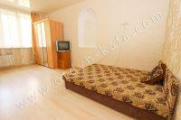 Летом на Чёрном море можно снять квартиру в Феодосии недорого - Большая и светлая спальня