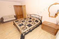 Стоимость квартир в Феодосии без измений - Широкая двуспальная кровать
