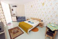 Манит Феодосия: снять жилье у моря реально - Большая двуспальная кровать