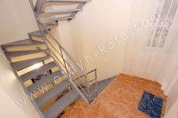 В центре снять жилье в Феодосии недорого: частный сектор - Внутренняя лестница