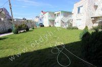 Эллинги в Феодосии на берегу моря, вторая линия - Зеленая лужайка для детей