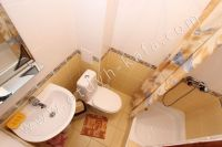 Современная гостиница на Черноморской Феодосии - Небольшой совмещенный санузел
