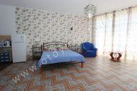 Здесь можно выгодно снять квартиру в Феодосии посуточно - Мягкая двуспальная кровать