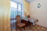Современные квартиры в Феодосии посуточно - Небольшой обеденный стол.