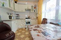 Современные квартиры в Феодосии посуточно - Большое и светлое окно.