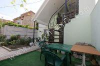 Уже сейчас можно снять дом в Феодосии на лето - Пластиковые столики во дворе