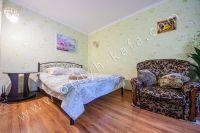 Крымские туристы выбирают Феодосию! Недорогое жильё у моря - Удобная двуспальная кровать.
