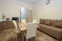 Планируете отдых в Феодосию? Квартира в центре, отличный выбор - Удобный мягкий диван на кухне.