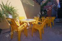 Ищете дом? Крым, Феодосия – лучшее решение - Садовая мебель на улице.