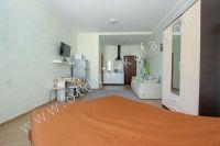 Предлагаем отличное жилье! Феодосия: квартира у моря - Просторная комната.