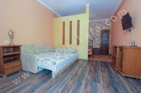 Зовет Феодосия! Квартира у моря, ждет вас - Большой двуспальный диван.