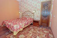 Зовет Феодосия! Квартира у моря, ждет вас - Удобная двуспальная кровать.