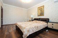 Снять дом в Феодосии вблизи набережной - Просторная кровать.