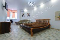 Феодосия: снять у моря квартиру будет просто - Большая двуспальная кровать.