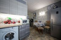 Доступная аренда квартиры в Феодосии - Просторная кухня.