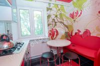Приглашает Феодосия! Снять однокомнатную квартиру будет просто - Небольшая кухня.
