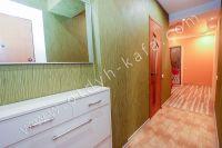 Приглашает Феодосия! Снять однокомнатную квартиру будет просто - Небольшая прихожая.