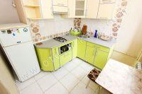 Летом на Чёрном море можно снять квартиру в Феодосии недорого - Небольшая современная кухня