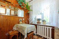 Снять двухкомнатную квартиру в Феодосии недалеко от пляжа - Небольшой обеденный стол.