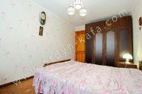 Снять квартиру в Феодосии посуточно, недорого и без хлопот - Просторная спальня.
