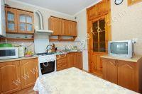 Снять квартиру в Феодосии посуточно, недорого и без хлопот - Небольшой телевизор на кухне.