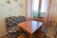 Проведите отдых у моря в Феодосии в отдельной квартире - Небольшой обеденный стол.